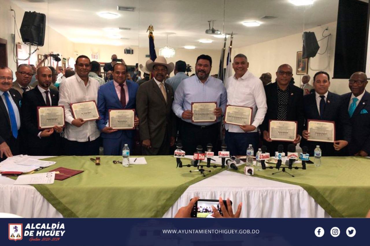 Concejo Municipal de la Ciudad de Nueva York, entrega reconocimiento al Alcalde de Higüey.