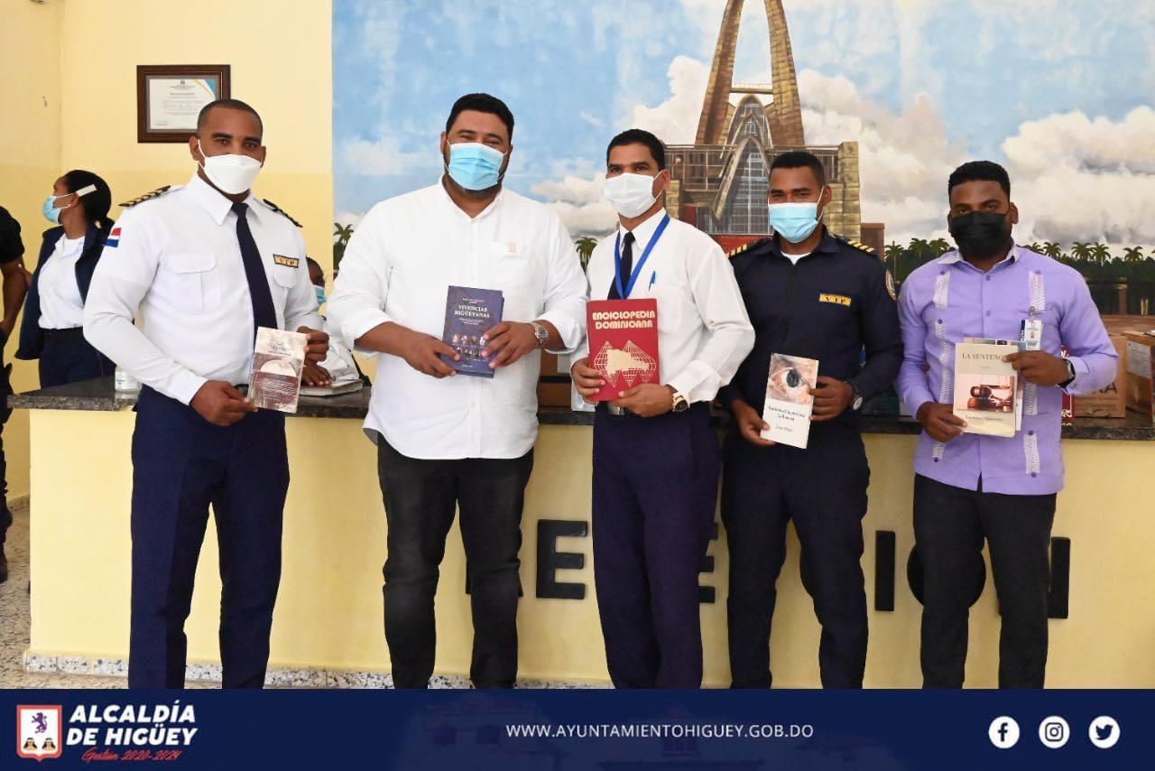 Alcaldía de Higüey entrega libros al Centro de Corrección y Rehabilitación Anamuya-Higüey